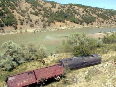 Tren raylar�na bombal� sald�r�