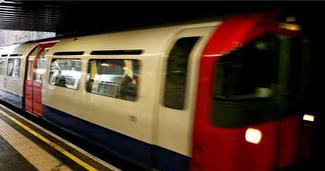 Atk�s� metro vagonunun kap�s�na tak�lan kad�n b�yle s�r�klendi