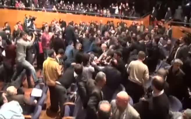 Bursa'da Ahmedinejad'ı protesto etmek isteyen 4 kişiyi dinleyiciler dövdü