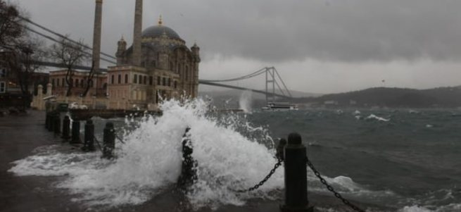 Şiddetli lodos İstanbul'da hayatı felç etti