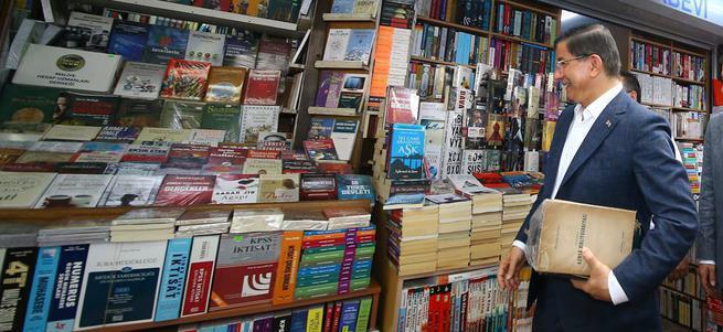 Davutoğlu, İstanbul'da sahafları gezdi kitap aldı