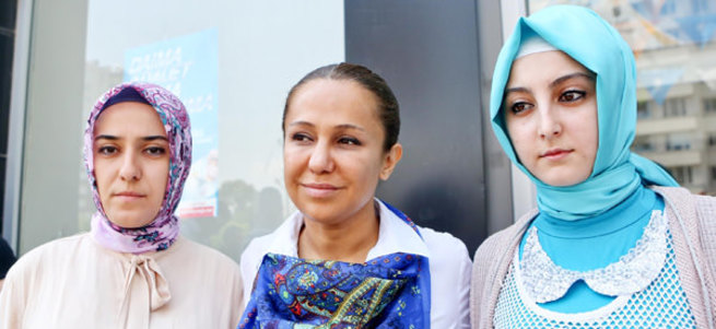 CHP'li kadınlardan AK Partili kadınlara skandal hareket!