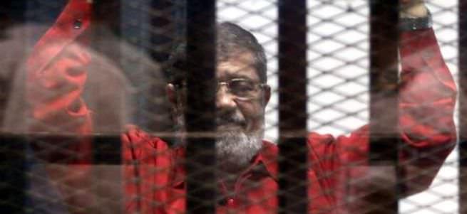 Mursi, 'ilk kez idam mahkumu kıyafetiyle' mahkemede