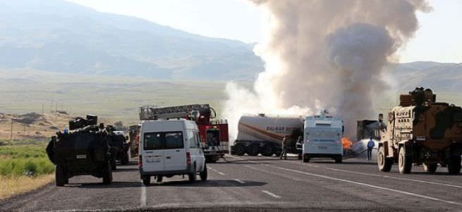 Ağrı'da teröristler yol kesti