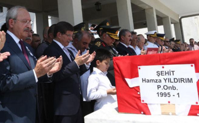 Başbakan Davutoğlu, şehit askerin cenaze törenine katıldı