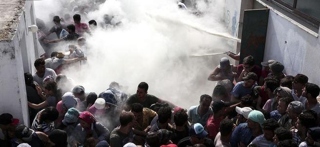 Yunan adasında Suriyelilere yangın tüpüyle müdahale