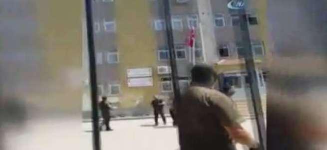 Türk bayrağını tekbirlerle göndere çekti