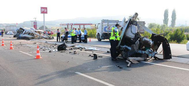 Kamyon minibüsü ikiye böldü: 1 ölü