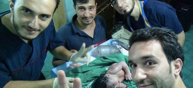 Doktorlar anne karnında ölen bebeği hayata döndürdü