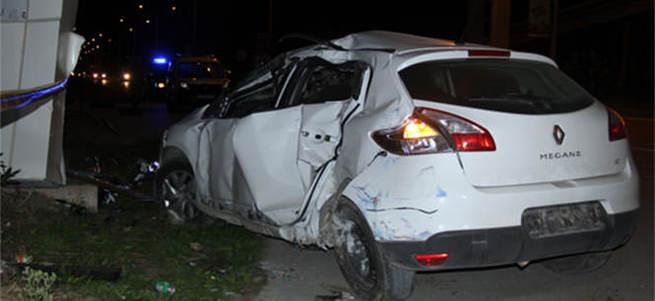 Alkollü sürücü otobüs durağına daldı, 1 ölü 3 yaralı