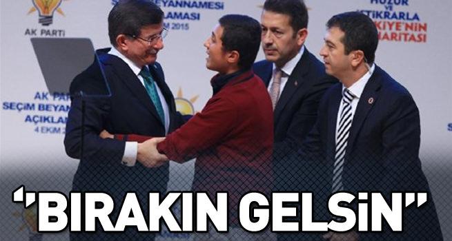 Kürsü'ye çıktı, Başbakan Davutoğlu'na sarıldı