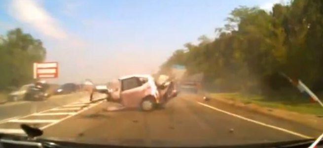 Hatalı sollama yapan Rus sürücünün aracı ikiye bölündü
