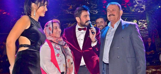 Doğum gününü sahnede ailesiyle birlikte kutladı