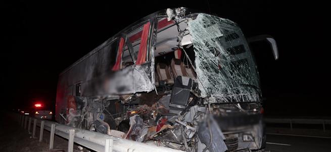 Otobüs, TIR'a çarptı: 14 yaralı!