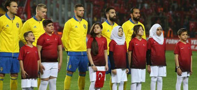 Ayşenur Arslan başörtülü kızlardan rahatsız oldu