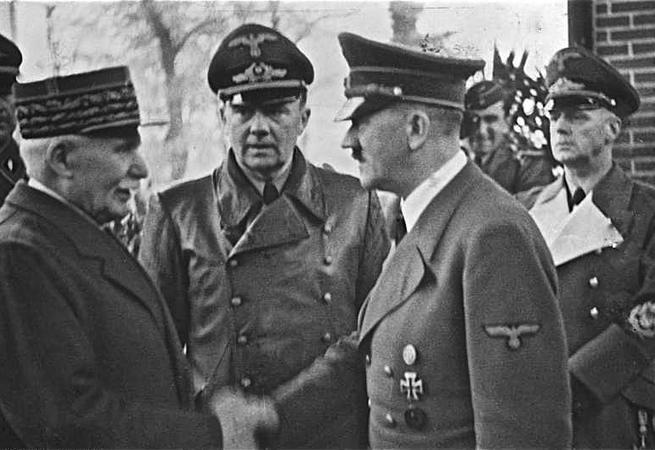 Hitler'in üniforması satıldı!