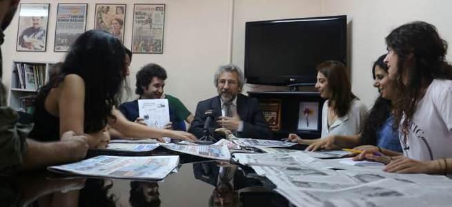 Can Dündar Abdullah Öcalan'ın fotoğrafının önünde toplantı yaptı