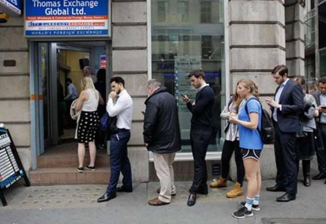 İngilizler banka ve döviz bürolarına akın etti!