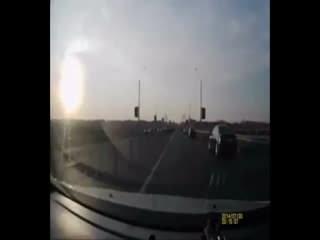 Motosikletle takla at�p otomobilin tavan�na kondu