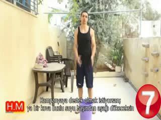 Gazzeliler için kafas�na bir kova kum bo�altt�