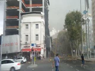 Taksim'de f�rt�na! �n�aat iskelesi çöktü!
