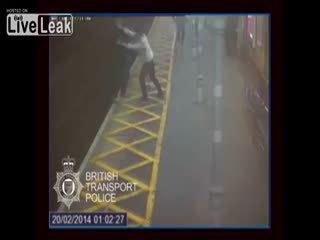 Kör ve sa��r adam� tren raylar�na att�lar