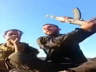 �ii militanlar�n roketle vurulma an�