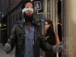 Gözü ba�l� müslüman adam�n insanlardan samimi bir sar�lma istemesi