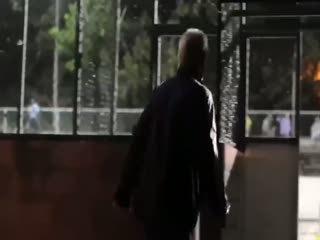 Futbol sihirbaz� ya�l� adam k�l���na girerse