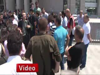 DHKP-C'nin avukat�, �ehidi savunan vatanda�� böyle tekmeledi