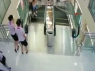 Yürüyen merdivende deh�et anlar�