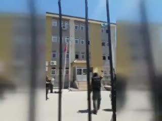 Türk bayra��n� tekbirlerle göndere çekti