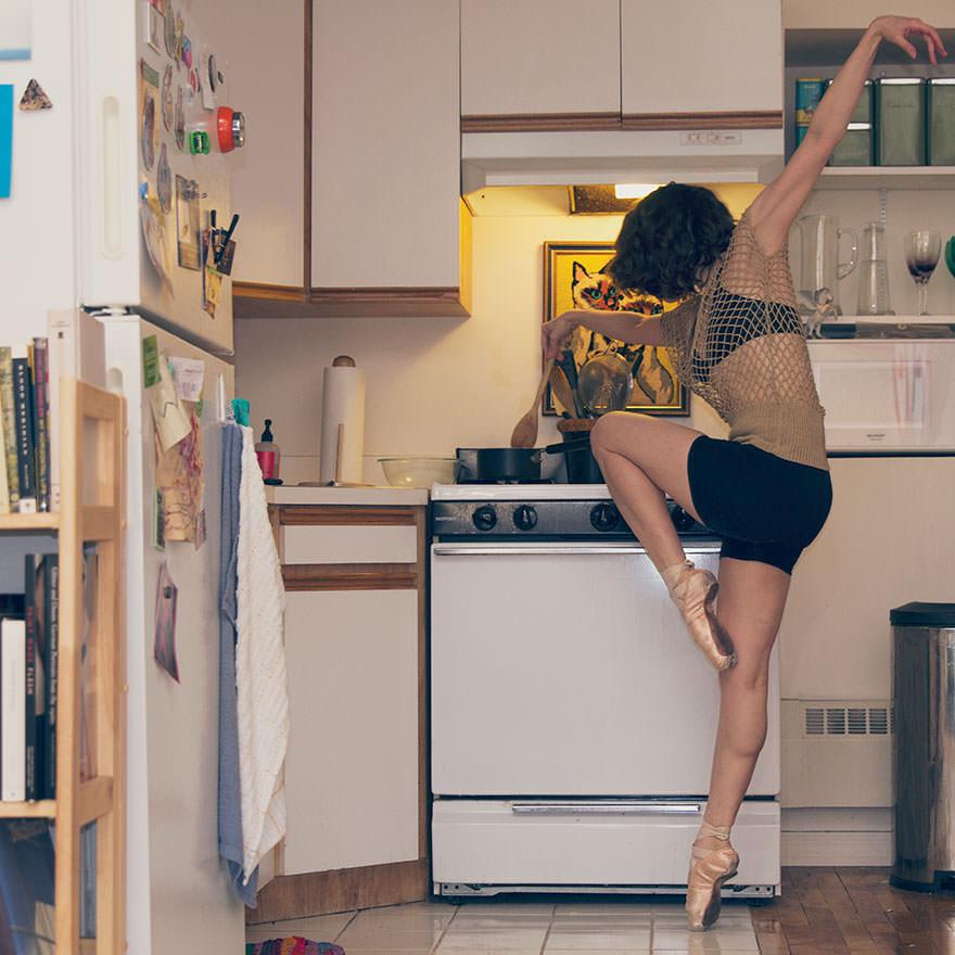 Dansçıları evlerinde fotoğrafladı!