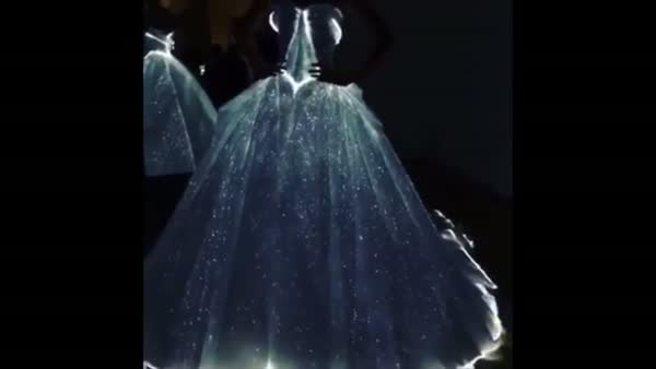Karanlıkta parlayan elbise, Met Gala'nın ilgi odağı oldu