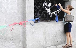 Cinsiyet ayr�mc�l���na kar�� s�tyen protestosu