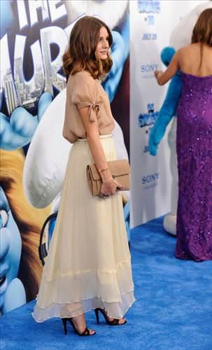 Несмотря на невысокий рост Оливии, она не боится одевать макси-юбки, она...