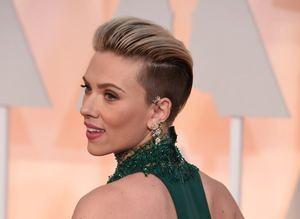 Gecenin öpücü�ü Travolta'dan Johansson'a...