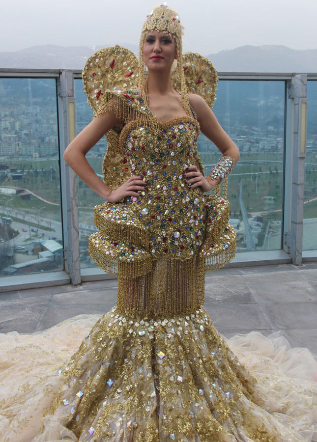Golden angel bride dress on display in bursa daily sabah for Most expensive wedding dress in india