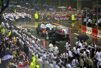 Thousands of Singaporeans have lined a 15 kilometer (9 miles) route, despite heavy rains, to bid farewell to their founding leader Lee Kuan Yew on Sunday, who die