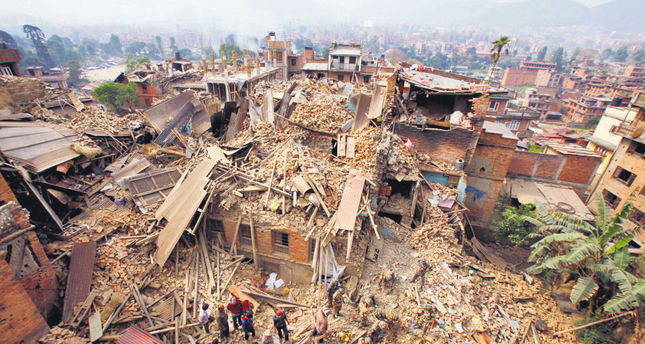 Desperate Nepalis flee capital as aftershocks spread fear
