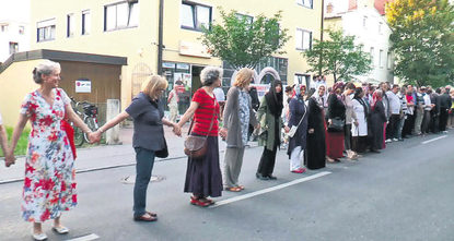 The Turkish community and German public joined forces on Tuesday night to stage a protest against attempted arson on the Hacı Bayram Mosque in Munich's Pasing district last week. The mosque,...