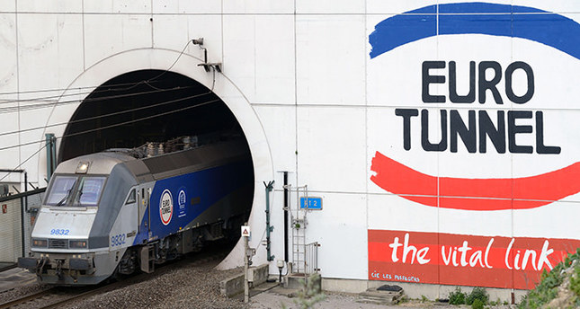 One migrant dies as 1,500 storm to Eurotunnel terminal