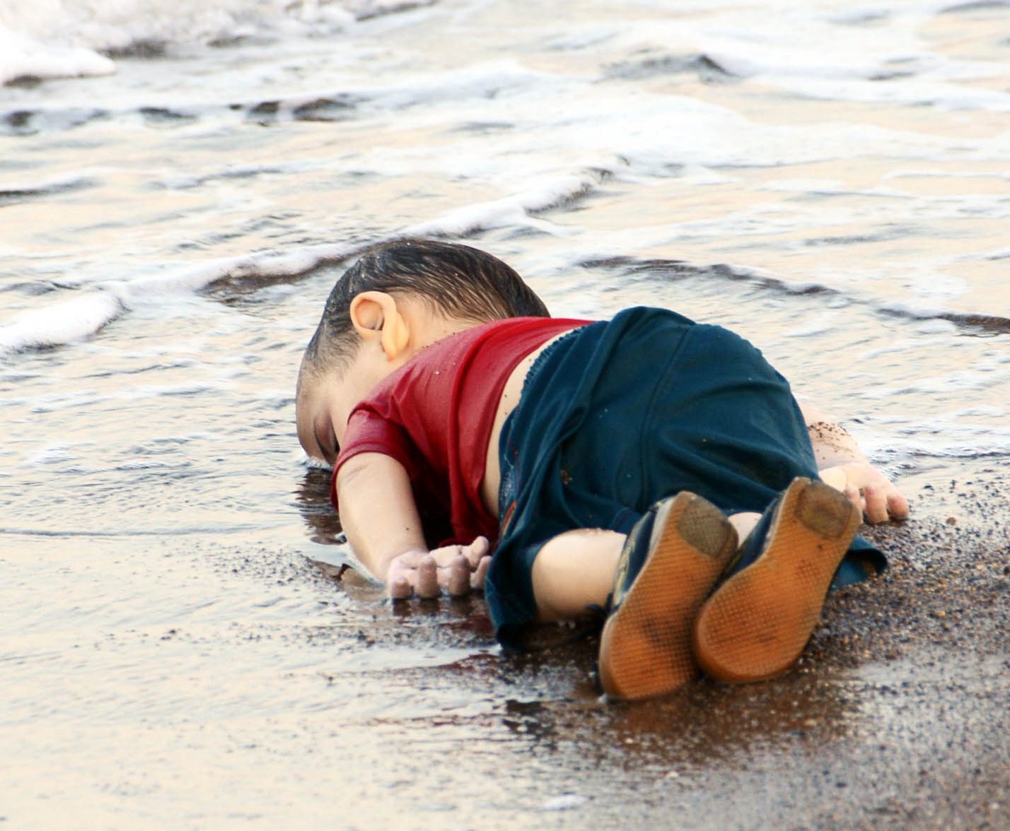 Devastating images of Syrian boy washed up on Turkish shore show desperation of refugees