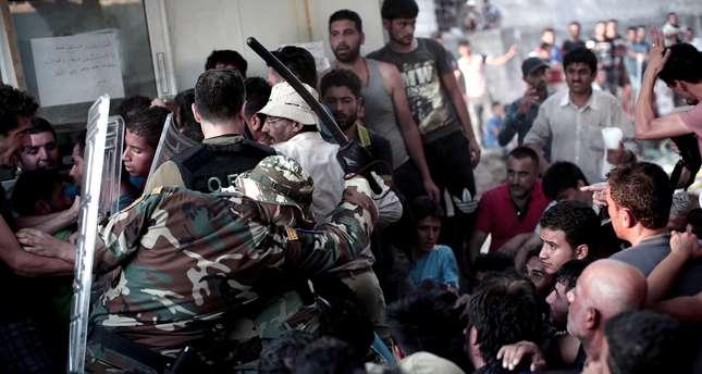 Greek police fire stun grenades at refugees