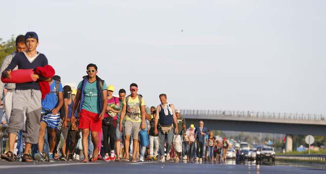 Refugees stranded in Hungary begin walking to Austria
