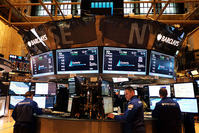 Traders work on the floor of the New York Stock Exchange (NYSE) on February 6, 2015, in New York (AFP photo)