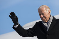 US Vice-President Joe Biden arrives at the airport in Zurich-Kloten, Switzerland, Monday, Jan. 18, 2016 (AP photo)