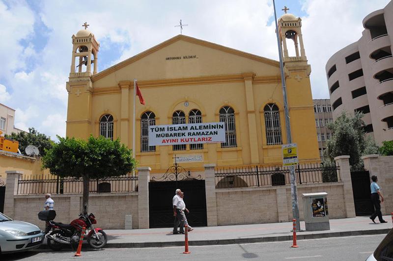Православная Церковь Искендеруна вывесила на фасаде плакат в честь начала Священного месяца Рамадан
