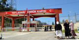 Turkey shuts down border with Syria