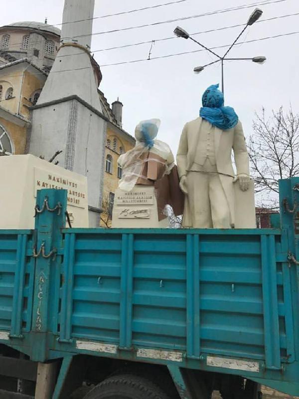 CHP Atatürk'ün kafasına çöp poşeti geçirdi
